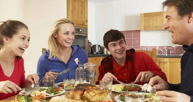 Vastu Tips: इस आकार की Dining Table होती है बहुत शुभ, घर के सदस्यों में बढ़ता है प्यार