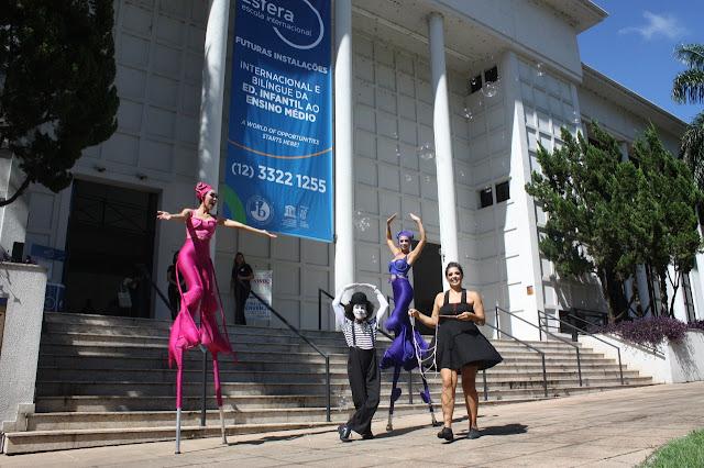 Artistas circenses para recepção de evento em escola.