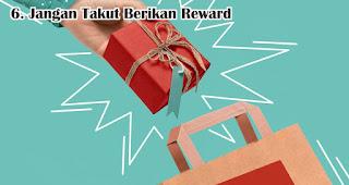 Jangan Takut Berikan Reward Seperti Souvenir dan Merchandise merupakan salah satu tips ampuh tarik customer di awal tahun