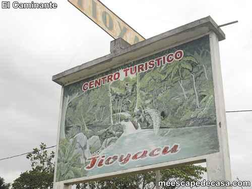 Entrada en la carretera al Centro Turístico Naciente del Río Tioyacu (Rioja, Altomayo, Perú)