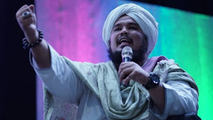 Tangis Haru Ustadz Derry Sulaiman Saat Mencium Rambut Nabi Muhammad