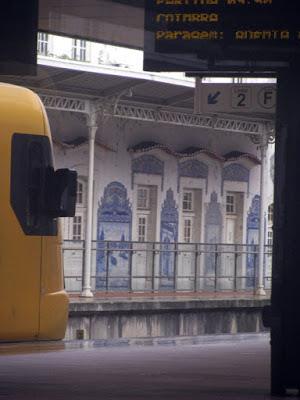 trem e parede de azulejos na estação