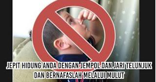 Jepit hidung anda dengan jempol dan jari telunjuk dan bernafaslah melalui mulut untuk mengobati mimisan