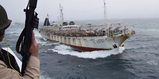 Pesqueiro pirata chinês Jing Yuan 626 capturado após invadir Zona Econômica Exclusiva argentina.