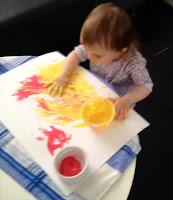 Première séance de peinture à doigt