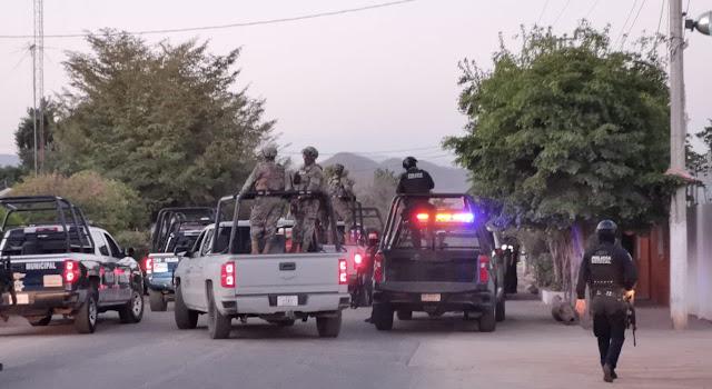 Policías en Sinaloa se topan por sorpresa de frente con Convoy de Sicarios y se van de lizo al verse superados en número y oprimem boton de Panico