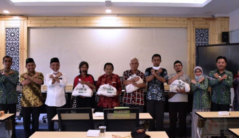 Peduli Dampak Pandemi Covid-19, Unisma Malang Berikan Paket Sembako Kepada Warga Sekitar