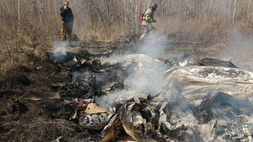 Ugunsdzēsēji glābēji ap gruzdošām lidmašīnas atlūzām