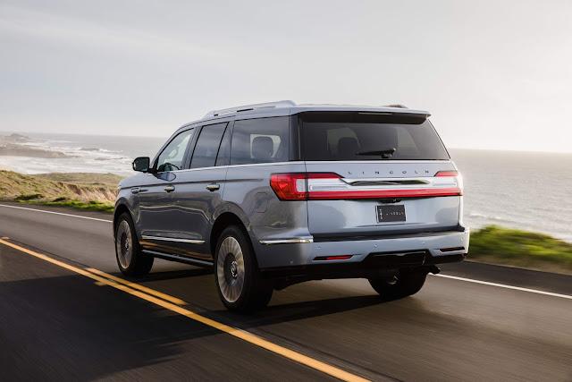 Rear 3/4 view of 2018 Lincoln Navigator 4X4 Black Label