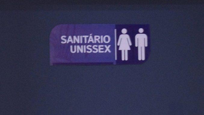 PUC-SP implementa banheiro unissex e é criticada em sua página