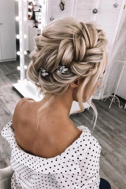 Se você está se formando e quer escolher o seu penteado, você precisa de ótimas opções como, penteados de tranças, penteados soltos e penteados presos. Com isso você vai poder escolher de acordo com o tipo da formatura, se é formal ou informal. Essa é uma ocasião muito importante e precisa de um penteado a altura. Confira as 10 melhores inspirações de penteados que vão te deixar linda para a formatura.