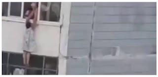 У Запоріжжі жінка повисла на балконі 9-го поверху: порятунок зняли на відео