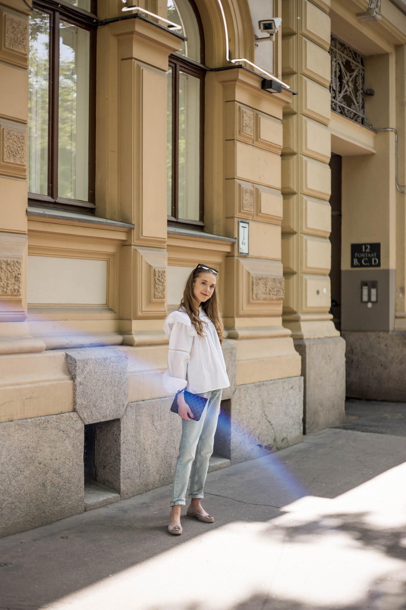 Asukokonaisuus vaaleiden farkkujen ja valkoisen paidan kanssa // Outfit with light blue jeans and white blouse
