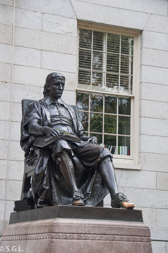 Estatua de John Harvard en la Universidad de Harvard
