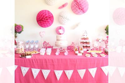buffet d'anniversaire décore avec des fleurs et du rose