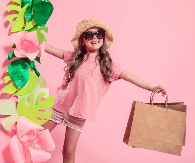menina estilosa usando um vestido rosa de moda infantil