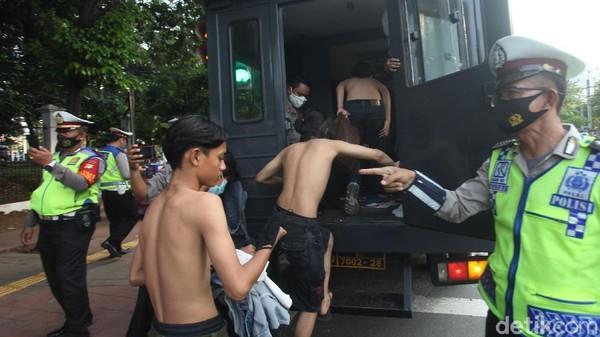 70 Anak SMP Mau Demo DPR Diamankan di Palmerah, Bawa Batu-Celurit