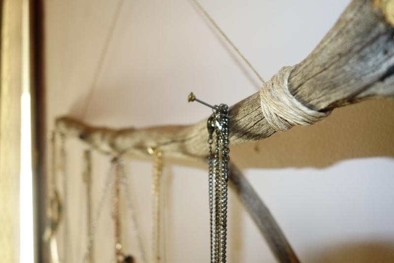 DIY : Un porte-bijoux en bois flotté ! / www.by-laura.fr