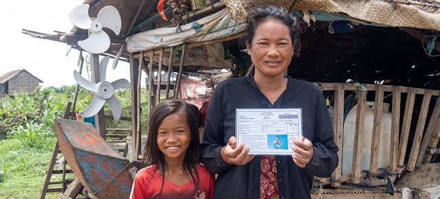Una mujer muestra su tarjeta de transferencia de dinero emitida por el gobierno.PNUD Camboya/Kimheang Toun