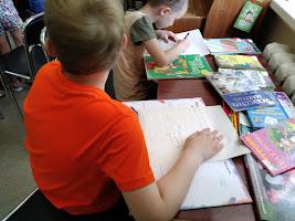 Мальчики рисуют школьный лагерь Усмішка НВК № 59 бібліотека-філія №4 М.Дніпро