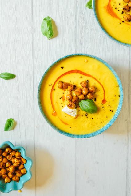 Super leckere Cremesuppe mit gerösteter Paprika, gelben Linsen, Zucchini und knusprigen Kichererbsen!