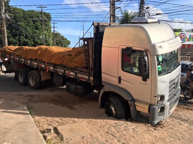 Caminhão carregado de ferro cai em buraco e interdita avenida por cerca de 1 hora em Natal