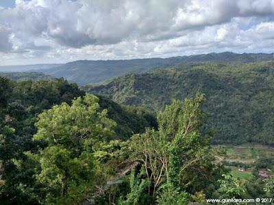 Bentang Alam di Puncak Watu Lawang pada Sisi Kiri Timur www.guntara.com