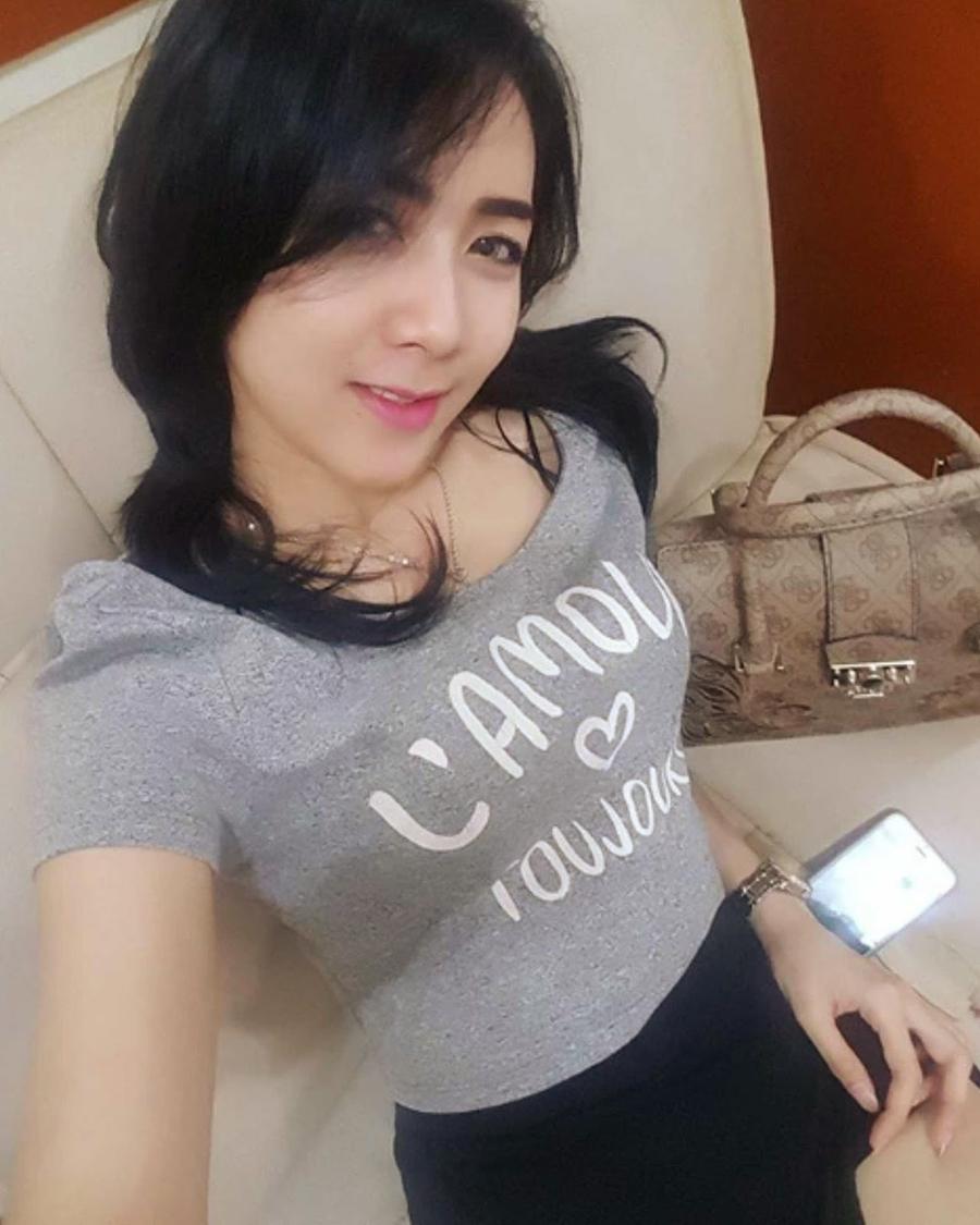Uci Sucita tampil seksi tanpa make selfie di dalam kamar
