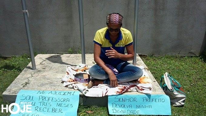PROFESSORA COM 3 MESES DE SALÁRIO ATRASADO PEDE ESMOLA EM FRENTE À PREFEITURA DE EXTREMOZ.