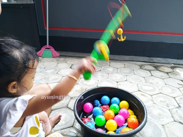 Memancing ikan dan bola di ember