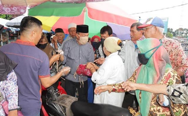 Wakil Bupati Tanah Datar, H. Zuldafri Darma terlibat dialog dalam sosialisasi langkah antisipasi penyebaran Covid-19 di Pasar Batusangkar