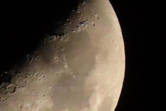 三脚使用手振補正なしタイマー10秒で撮った月
