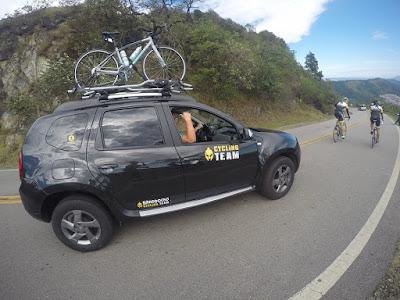 Carro de apoio tem capacidade para resgatar até cinco bicicletas. A equipe também conta com monitores que se comunicam via rádio durante todo o percurso
