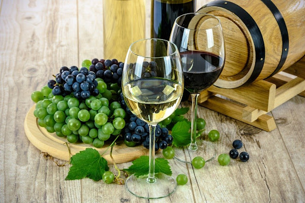 Image: wine glass white grapes drinks alcohol barrel, by PhotoMIX-Company on Pixabay