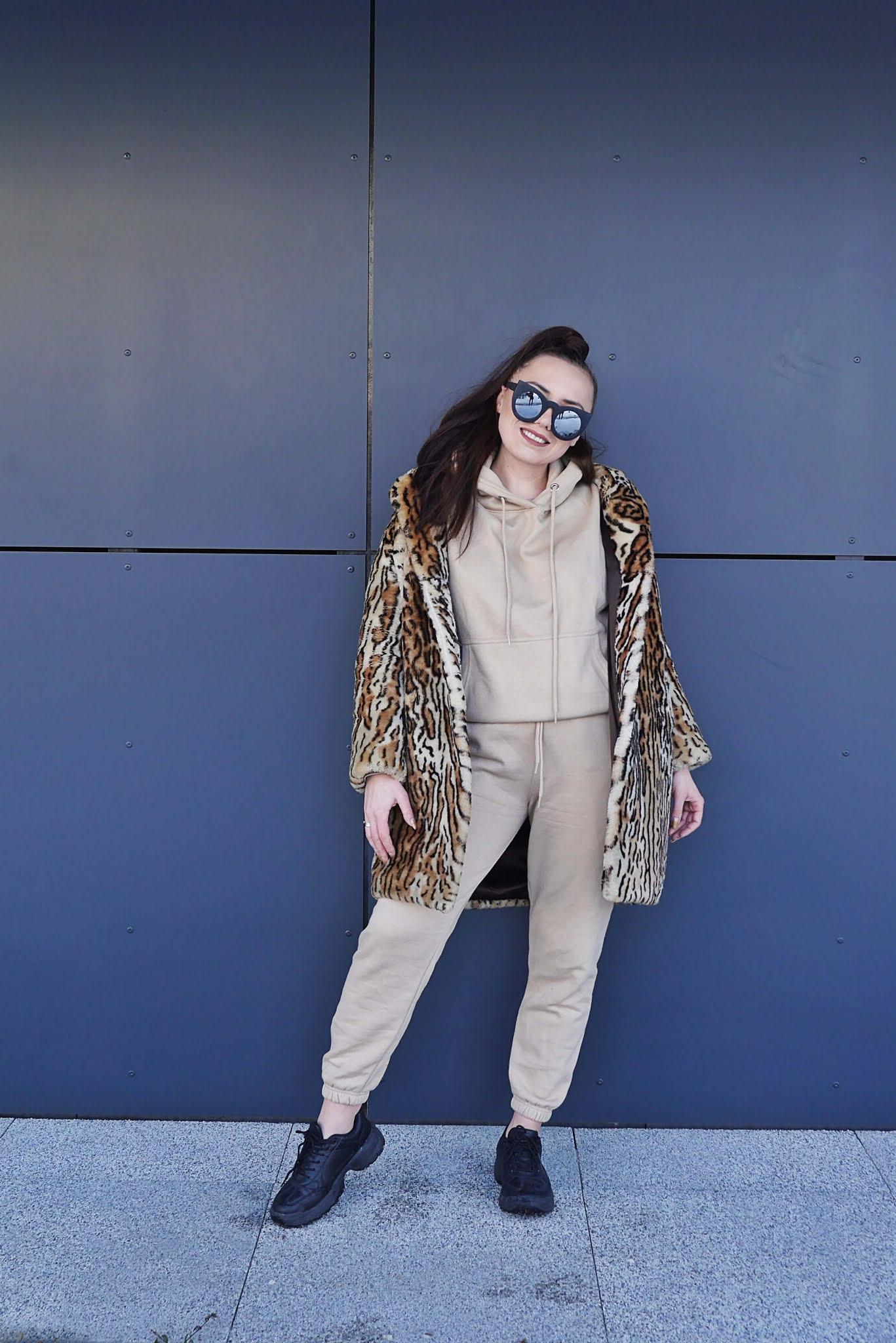 blog modowy blogerka modowa puławy karyn beżowy komplet dresowy dres femme luxe futerko w panterkę sneakersy czarne okulary koty
