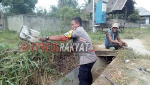 Personil Bhabinkamtibmas Polres Madina Bripka Irwansyah Hasibuan Gotong Royong Bersama Warga Masyarakat