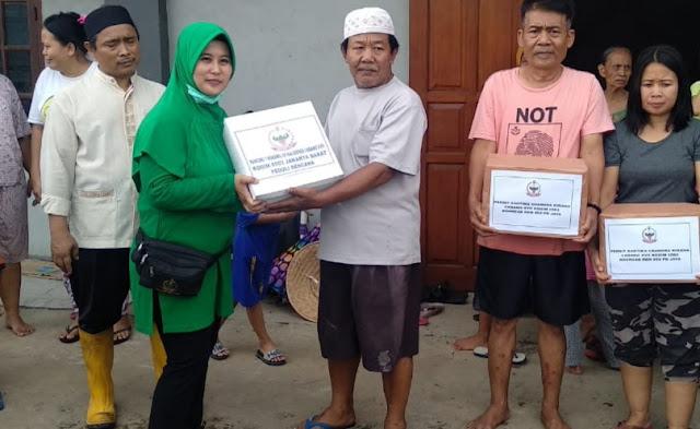 Kunjungi Korban Banjir, Ketua Persit KCK Cab XVII/JB Serahkan Bantuan Sembako