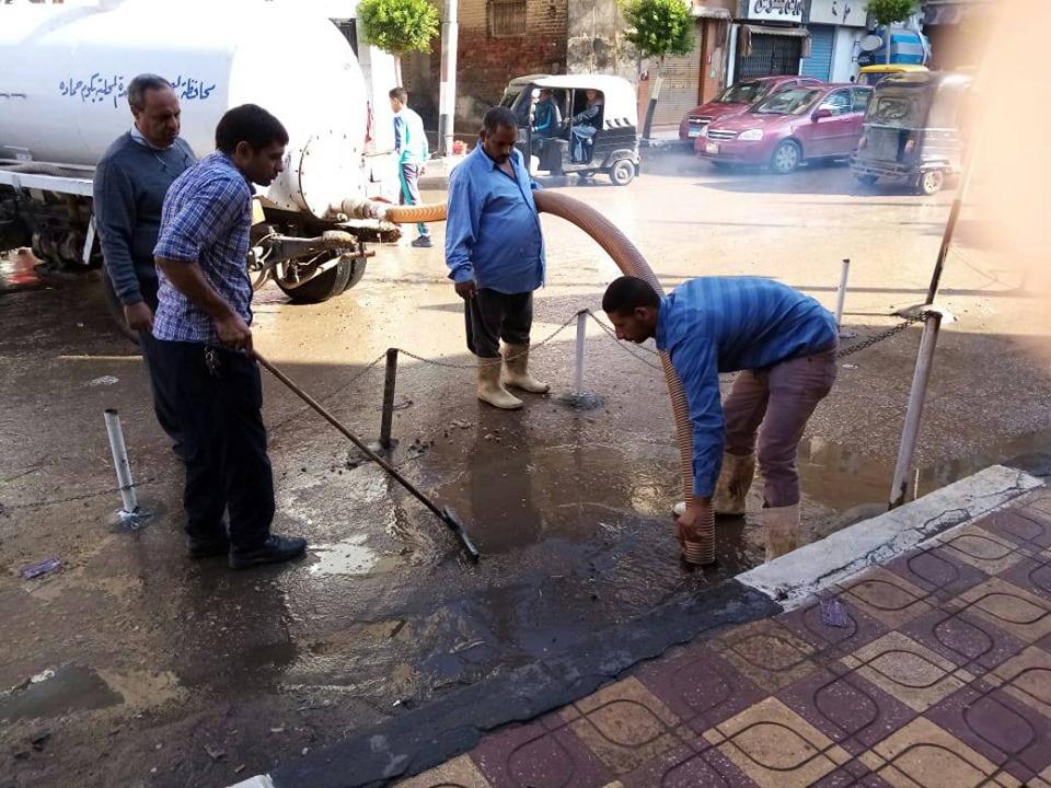 بالصور ..الفيل يواصل العمل ليل نهارلرفع الأثار الناجمة عن الأمطار بشوارع مدينة كوم حماده