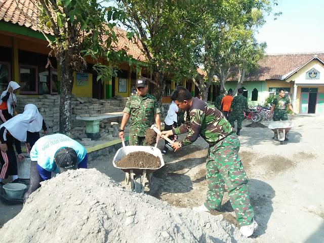 Anggota Babinsa Karangtengah Laksanakan Karya Bakti Pemasangan Paving Di SDN 1 Batu