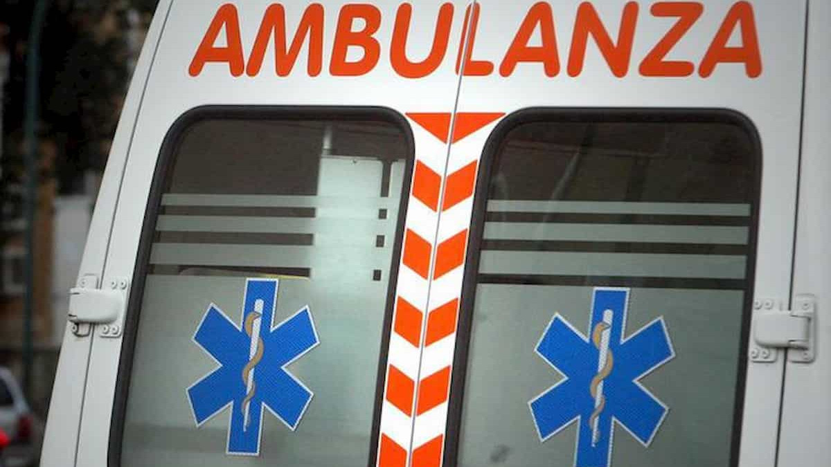 ambulanza presa a calci