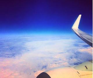 avión sobre nubes