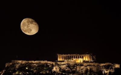 Pria dirantai di Athena Kuno
