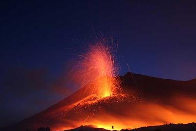 Foto Gunung Meletus 3