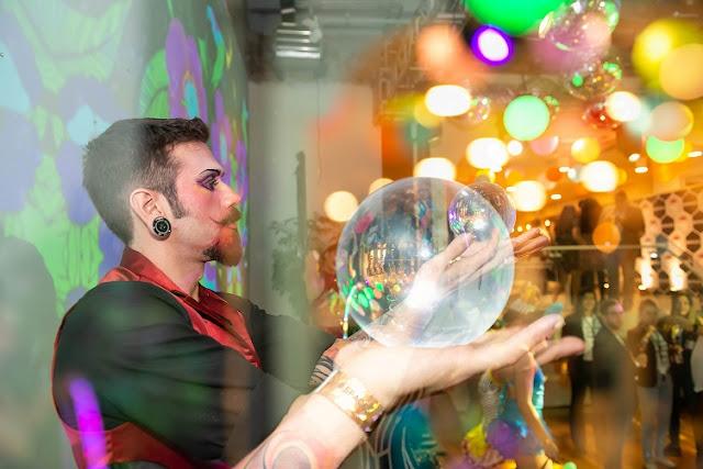 Malabarista com esfera transparente de contato recepcionando os convidados do evento inauguração do Spaces no Rj.