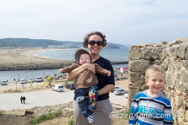 oğlum ve bebeğimle Riva sahili ve deresine karşı Riva kalesinde