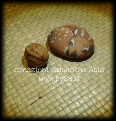 cerbiatto dipinto su sasso di mare