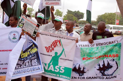 protesters at the national assembly against bukola saraki demanding his resignation