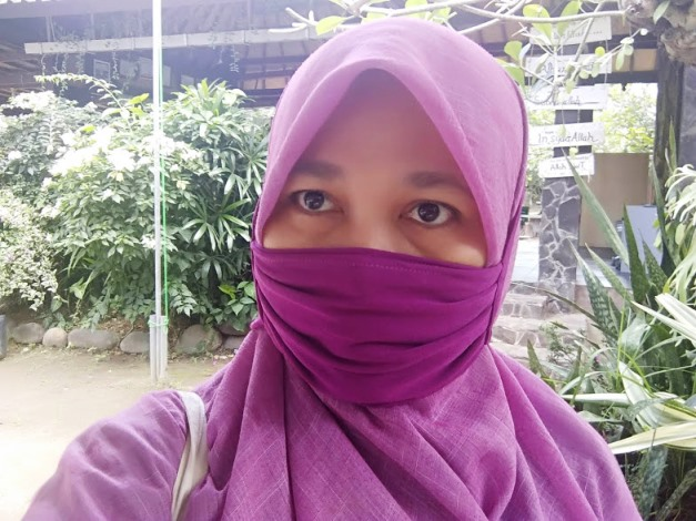 Masker kain senada warna kerudung, outfit wajib di lemari