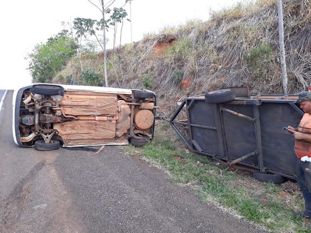 Veículo tomba na Rodovia Comandante João Ribeiro de Barros, em Flórida Paulista