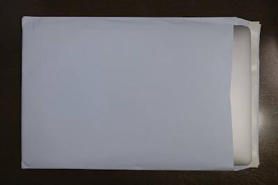 MacBook ProがA4用封筒に入っている